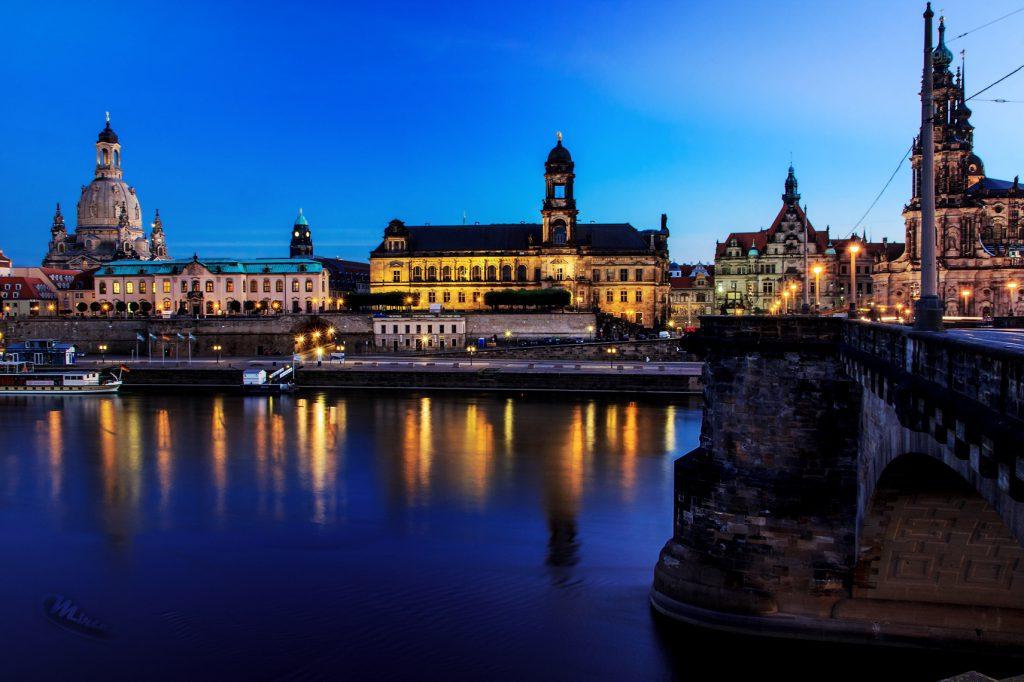 Stadtbild - Nacht-(Abend-)fotografie - Fotografie in der blauen Stunde - Dresden mit Elbe